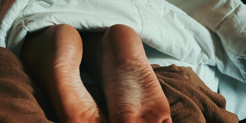 Domowe sposoby na pielęgnację pękającej skóry pięt